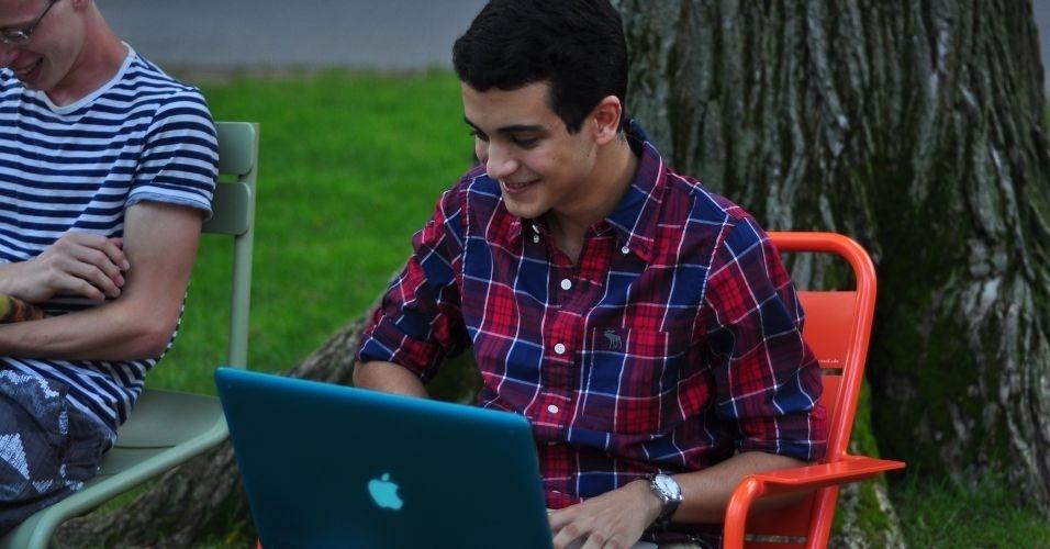 Depois do almoço, Lucas Gonzaga de Freitas vai para o jardim da universidade (Harvard Yard) para estudar; ele é aluno de escola pública e conseguiu bolsa de estudos