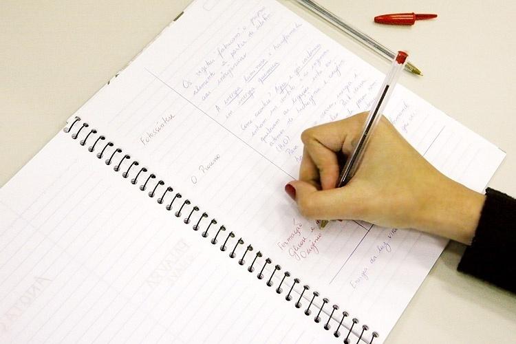 Em aulas ou em palestras pode ser útil otimizar suas técnicas de anotações. Na foto, aparece um exemplo de anotação no método Cornell, apresentado pela Universidade de Stanford