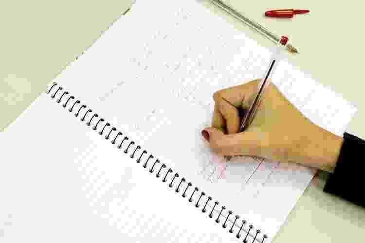 Em aulas ou em palestras pode ser útil otimizar suas técnicas de anotações. Na foto, aparece um exemplo de anotação no método Cornell, apresentado pela Universidade de Stanford - Flavio Florido/UOL